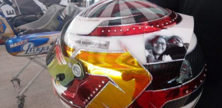 photo mendiang Kaka Senna SN terpampang jelas